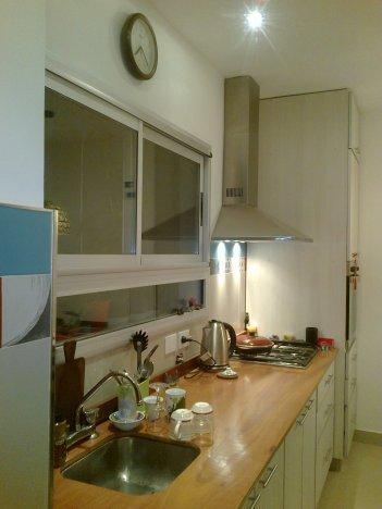 Cocina completa con la habitación de servicio incorporada.