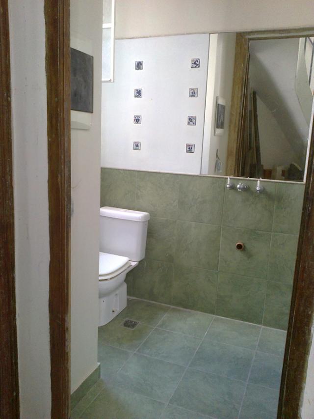 Toilette con tocetos y espejo.